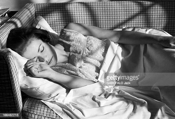 Rendezvous With Claudine Auger 16 octobre 1958 Claudine AUGER Miss France 1958 dort sur un canapé