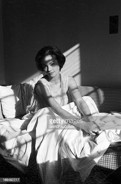 Rendezvous With Claudine Auger 16 octobre 1958 Claudine AUGER Miss France 1958 dans un lit dressé sur un canapé