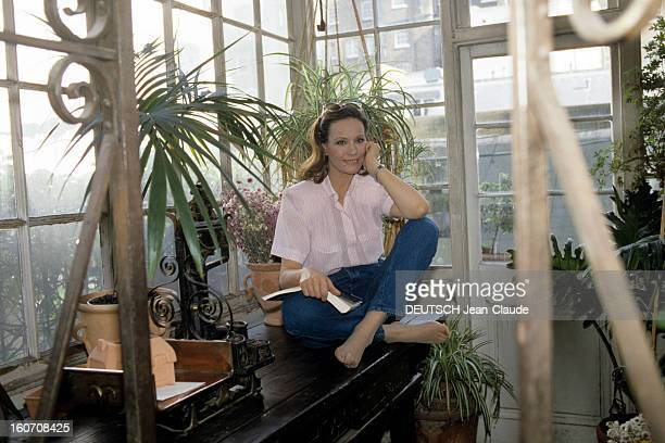 Rendezvous With Claudine Auger At Home In London Londres septembre 1987 Portrait de Claudine AUGER chez elle lisant dans la véranda