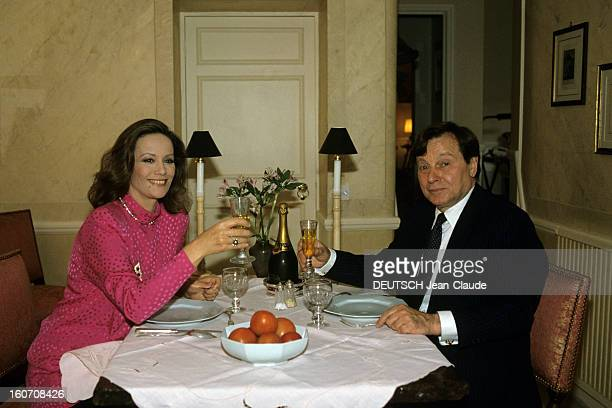 Rendezvous With Claudine Auger At Home In London Londres septembre 1987 Portrait de Claudine AUGER chez elle avec son époux Peter BRENT dinant à...