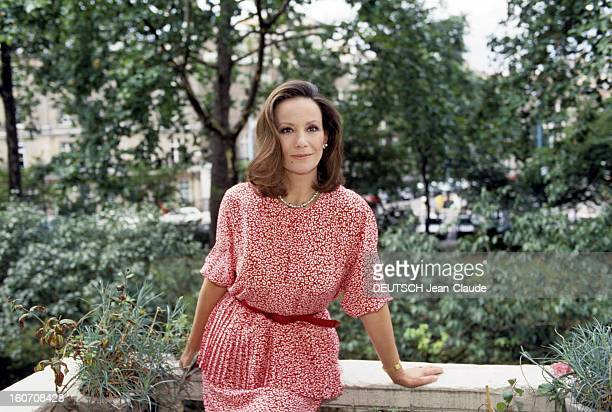 Rendezvous With Claudine Auger At Home In London Londres septembre 1987 Portrait de Claudine AUGER chez elle posant sur le balcon