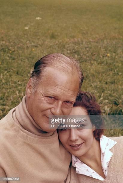 Rendezvous With Curd Jurgens And His Wife Simone Bicheron. Dans un parc, portrait de l'acteur Curd JURGENS tenant son épouse le mannequin Simone...
