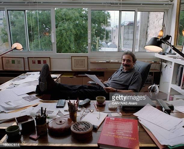 Rendezvous With Dan Franck Paris 6 octobre 1998 Portrait de l'écrivain Dan FRANCK chez lui dans son bureau souriant assis sur un fauteuil les pieds...