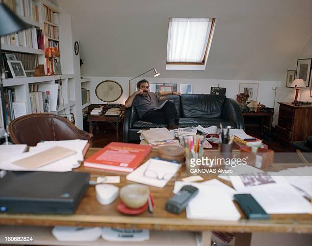Rendezvous With Dan Franck Paris 6 octobre 1998 Portrait de l'écrivain Dan FRANCK chez lui dans son bureau assis sur un canapé une feuille de papier...