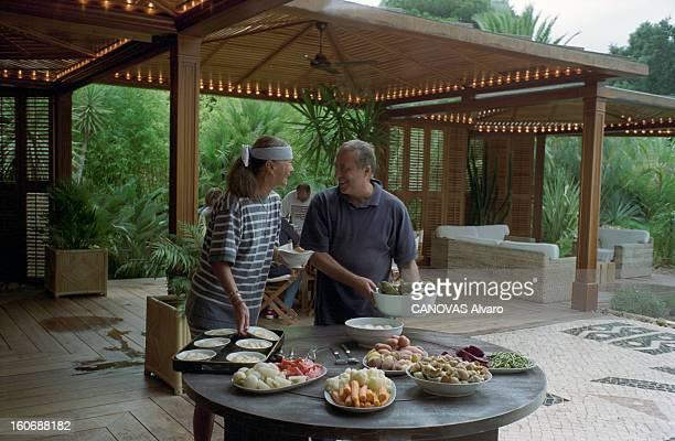 Rendezvous With Daniel And Jennifer Hechter In Their House In Sainttropez SaintTropez 13 août 1998 A l'occasion d'un déjeuner entre amis Daniel...