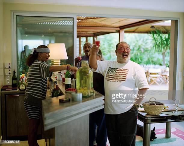 Rendezvous With Daniel And Jennifer Hechter In Their House In Sainttropez SaintTropez 13 août 1998 Dans la maison de Daniel HECHTER et son épouse...
