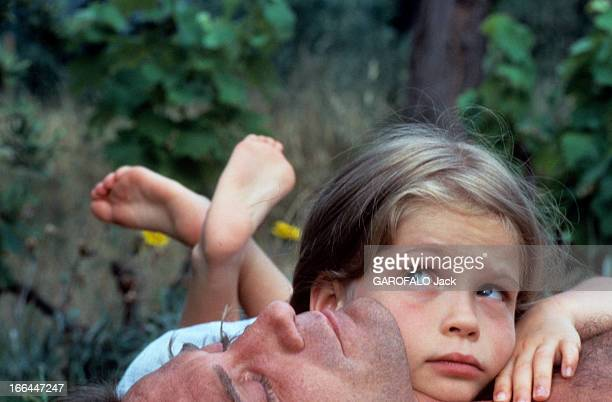 Rendezvous With Daniel Biasini And His Daughter Sarah On Holiday In SaintTropez SaintTropez juillet 1983 Reportage sur Daniel BIASINI avec sa fille...