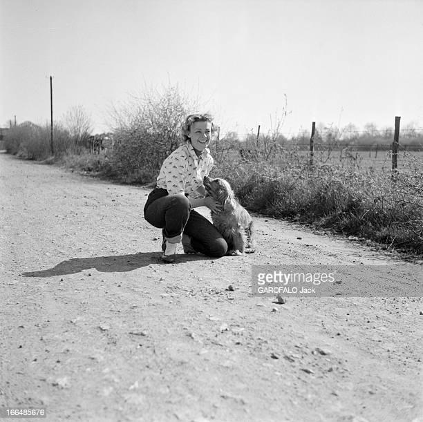 Rendezvous With Dany Robin France MontfortL'Amaury avril 1954 l'actrice française Dany ROBIN revient des EtatsUnis De tous ses voyages elle rapporte...