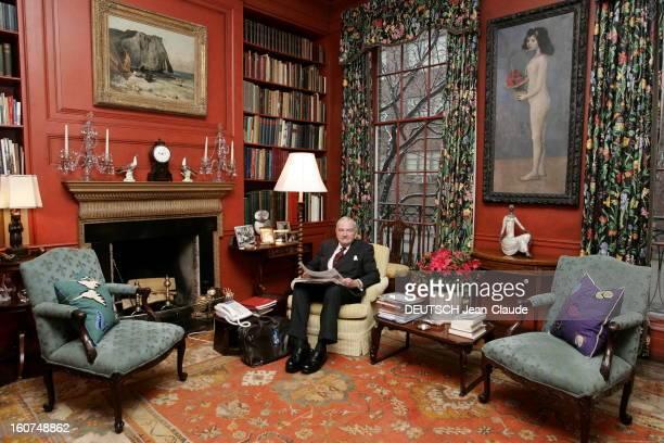 Rendezvous With David Rockefeller David ROCKEFELLER dans son hôtel particulier de la 65ème Rue à New York posant assis dans un salon avec à ses pieds...