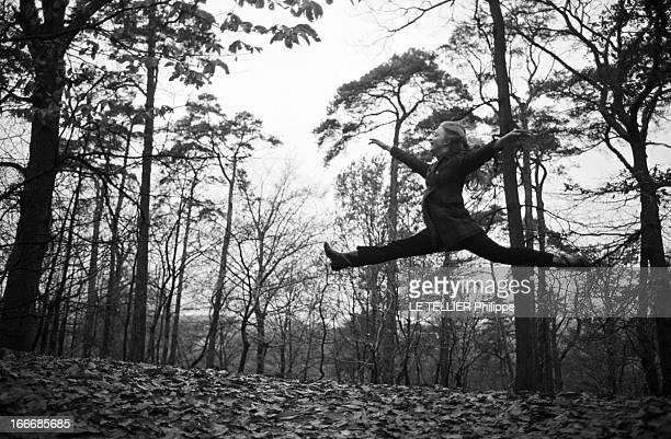 Rendezvous With Delphine Desyeux 28 novembre 1967 Delphine DESYEUX est actrice danseuse et chorégraphe française Ici dans la forêt elle saute en...