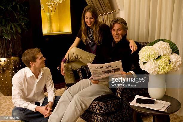 Rendezvous With Dominique Desseigne Paris Septembre 2008 Dominique DESSEIGNE 62 ans pose avec ses enfants Joy 18 ans et Alexandre 21 ans dans la...