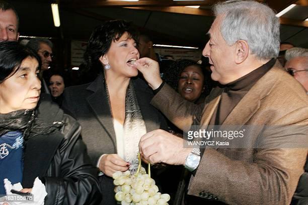 Rendezvous With Dominique StraussKahn In Sarcelles Attitude souriante de Dominique STRAUSSKAHN donnant à goûter du raisin à son épouse Anne SINCLAIR...
