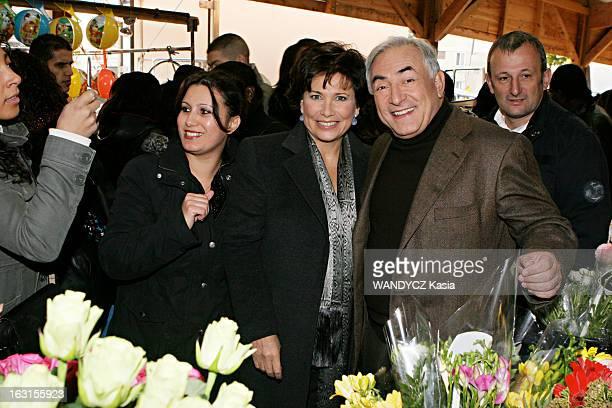 Rendezvous With Dominique StraussKahn In Sarcelles Attitude souriante de Dominique STRAUSSKAHN et son épouse Anne SINCLAIR posant avec des riverains...