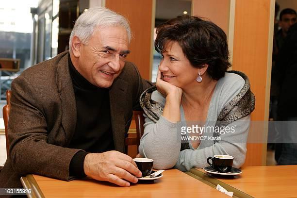 Rendezvous With Dominique StraussKahn In Sarcelles Attitude souriante d'Anne SINCLAIR de profil regardant son mari Dominique STRAUSSKAHN tous deux...