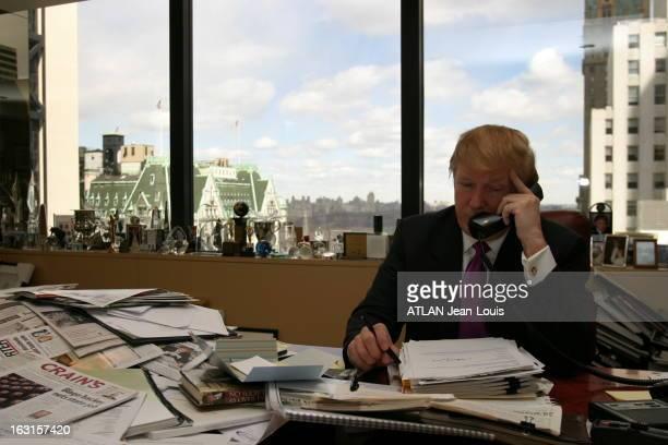 Rendezvous With Donald Trump Donald TRUMP téléphonant assis à son bureau de la Trump Tower à NEW YORK avec sur le rebord de la fenêtre sa collection...
