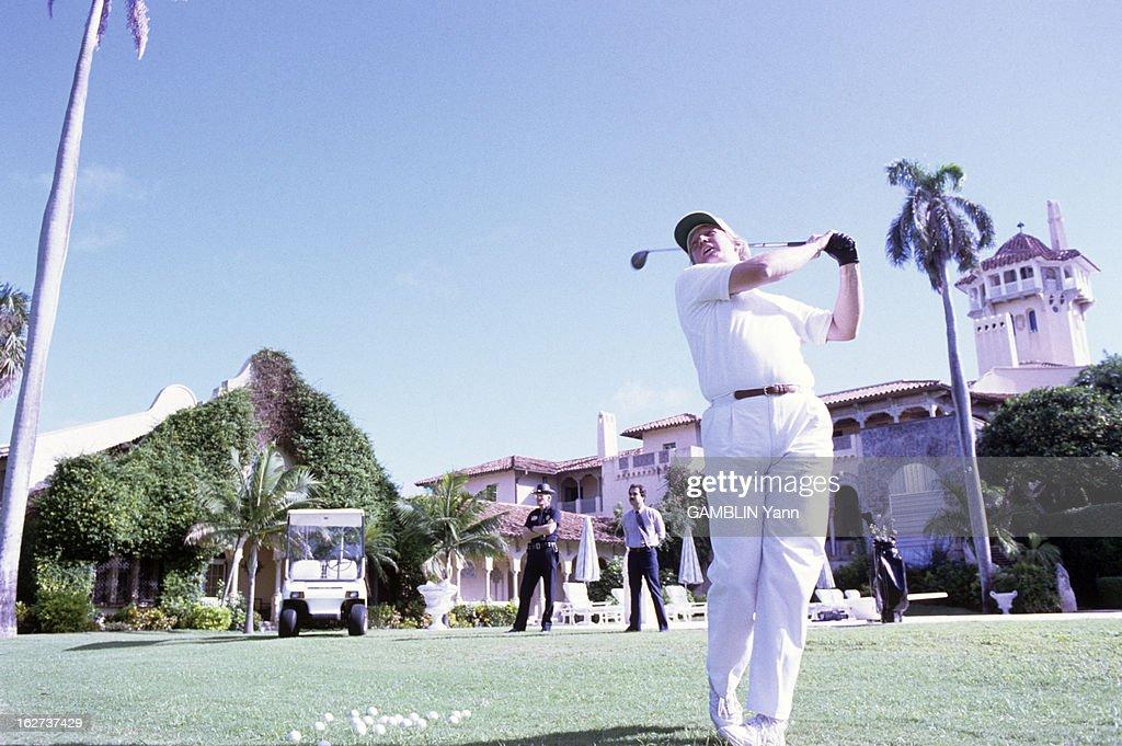 Rendezvous With Donald Trump. Le 19 novembre 1993, Donald TRUMP joue au golf sur le parcours de sa propriété de Mar-a-lago à Palm Beach, en Floride, aux Etats-Unis, devant sa maison.