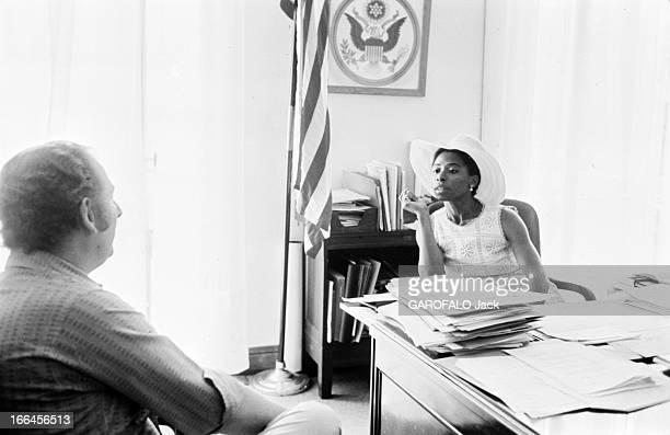 Rendezvous With Eleanor Hicks France Nice juillet 1973 dans son bureau le consul des EtatsUnis Eleanor HICKS se tient assise derrière une table...