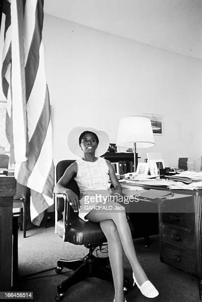 Rendezvous With Eleanor Hicks France Nice juillet 1973 dans son bureau le consul des EtatsUnis Eleanor HICKS se tient assise à côté d'une table...