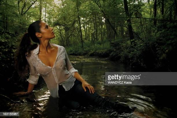 Rendezvous With Elisa Tovati L'actrice Elisa TOVATI se fait chanteuse et sort un album 'Je ne mâche pas les mots' attitude sensuelle d'Elisa en jean...