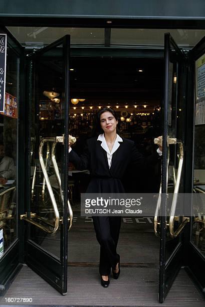 Rendezvous With Elisabeth Barille Writer Paris Juin 1991 Elisabeth BARILLE écrivain auteur du livre 'ANAIS NIN MASQUEE SI NUE devant l'entrée du...