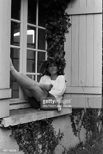 Rendezvous With Elisabeth Huppert En France le 20 août 1979 portrait en extérieur de l'actrice Elisabeth HUPPERT coiffée d'un chapeau décoré de...