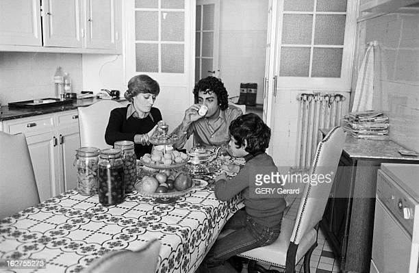 Rendezvous With Enrico Macias. France, Paris, 28 février 1976, le chanteur Enrico MACIAS prépare un spectacle sur la scène de l'Olympia. Ici on le...