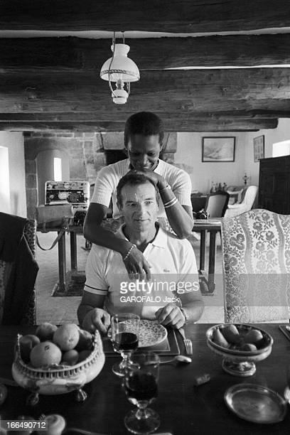 Rendezvous With Eric Tabarly Le 21 octobre 1981 le navigateur français Eric TABERLY chez lui dans sa propriété de Gouesnach en Bretagne avec sa...