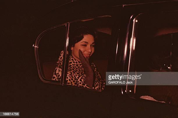Rendezvous With Farah Diba Empress Of Iran En Iran assise à l'arrière d'une voiture l'impératrice Farah DIBA souriante vêtue d'un manteau à fourrure...