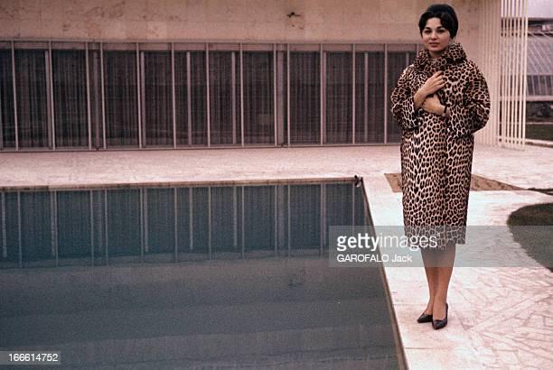 Rendezvous With Farah Diba Empress Of Iran En Iran debout au bord d'une piscine l'impératrice Farah DIBA vêtue d'un manteau à fourrure léopard les...