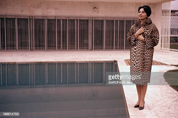 Rendezvous With Farah Diba Empress Of Iran En Iran debout au bord d'une piscine l'impératrice Farah DIBA souriante vêtue d'un manteau à fourrure...