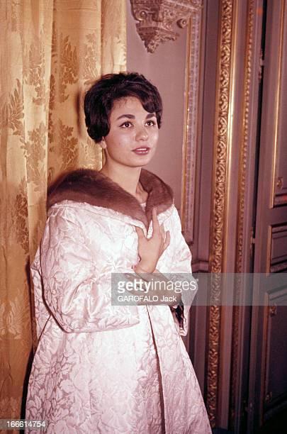 Rendezvous With Farah Diba Empress Of Iran En Iran à Téhéran debout contre un rideau doré l'impératrice Farah DIBA vêtue d'un manteau blanc à col de...