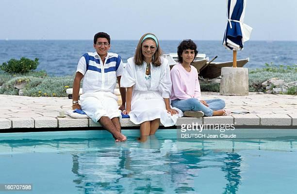 Rendezvous With Farah Diba On Holiday Near Antibes septembre 1983 Portrait de Farah DIBA en vacances avec son fils Ali REZA et sa fille Leila posant...