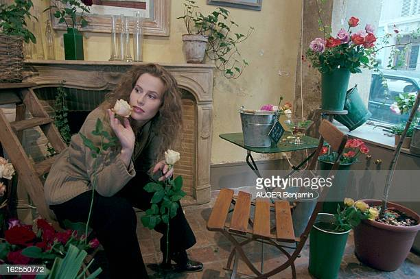 Rendezvous With Florence Darel A Paris dans son quartier l'actrice Florence DAREL choisissant des roses dans la boutique de fleuriste de la chanteuse...