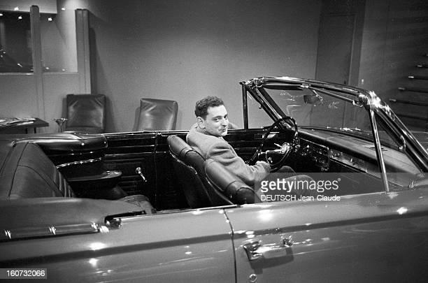 Rendezvous With Georges Perec En France à Paris dans le quartier latin le 23 novembre 1965 Georges PEREC écrivain dans une voiture décapotée dans un...