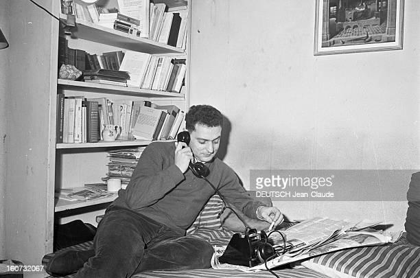 Rendezvous With Georges Perec En France à Paris dans le quartier latin le 23 novembre 1965 Georges PEREC écrivain téléphonant chez lui fumant une...