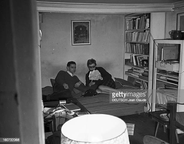 Rendezvous With Georges Perec En France à Paris dans le quartier latin le 23 novembre 1965 Georges PEREC écrivain et son épouse Paulette sur leur lit...