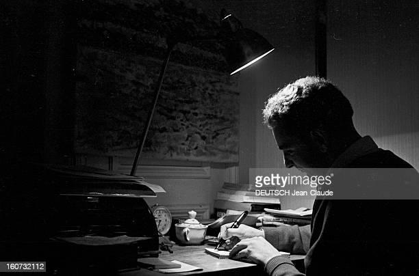 Rendezvous With Georges Perec En France à Paris dans le quartier latin le 23 novembre 1965 Georges PEREC écrivain travaillant écrivant assis à son...