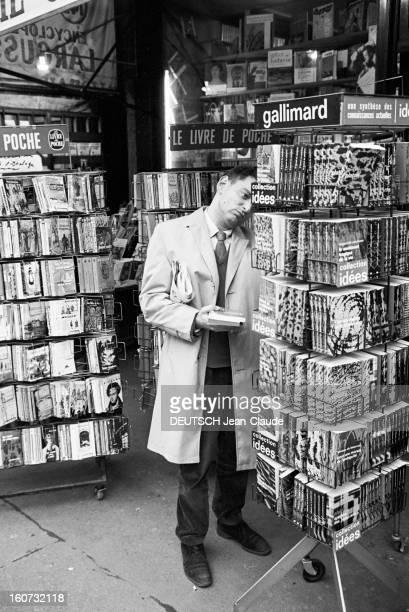 Rendezvous With Georges Perec En France à Paris dans le quartier latin le 23 novembre 1965 Georges PEREC écrivain choisissant un livre chez un...