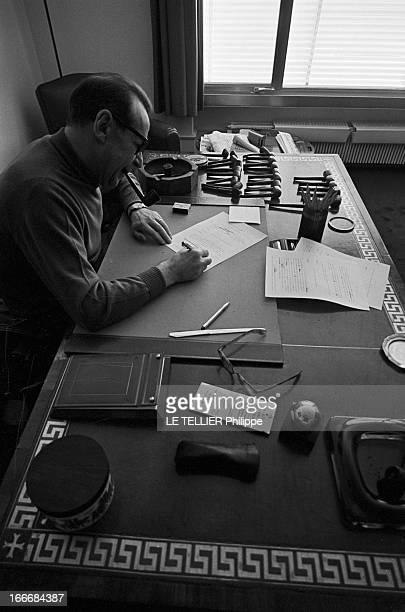 Rendezvous With Georges Simenon In His Porperty Of Epalinges En mars 1967 vue en plongée de l'écrivain Georges SIMENON dans sa maison d' Épalinges au...