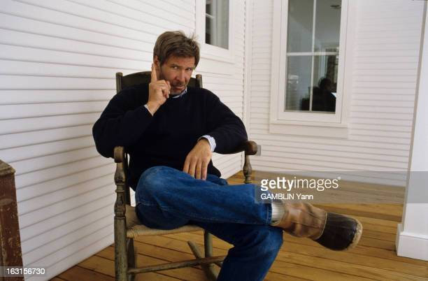 Rendezvous With Harrison Ford At Home Aux Etats Unis dans le Wyoming le 03 fevrier 1989 l'acteur Harrison FORD portant un barbe assis devant sa...