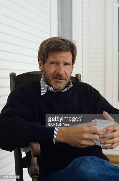 Rendezvous With Harrison Ford At Home Aux Etats Unis le 03 fevrier 1989 portrait de face avec une barbe et un tasse de café dans les mains de...