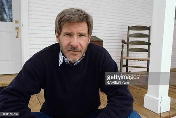 Rendezvous With Harrison Ford At Home Aux Etats Unis le 03 fevrier 1989 portrait avec une barbe de l'acteur Harrison FORD assis devant sa maison Il...