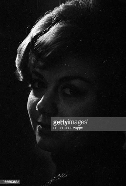 Rendezvous With Helena Suliotis. Le 8 décembre 1966, Portrait de la chanteuse soprano Helena SULIOTIS qui reçoit l'équipe de Paris Match chez elle....
