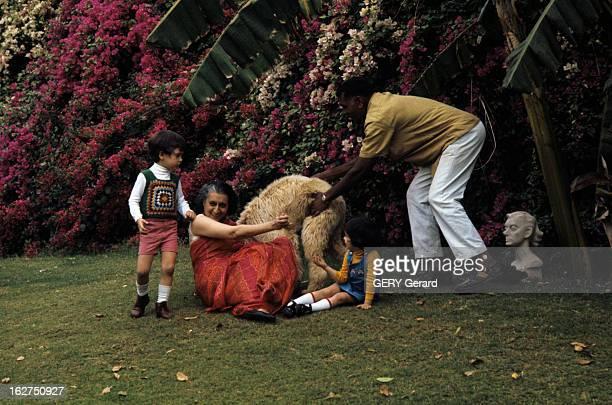 Rendezvous With Indira Gandhi En Inde avril 1975 dans le jardin de sa résidence privée la Première ministre Indira GANGHI en sari rouge assise contre...