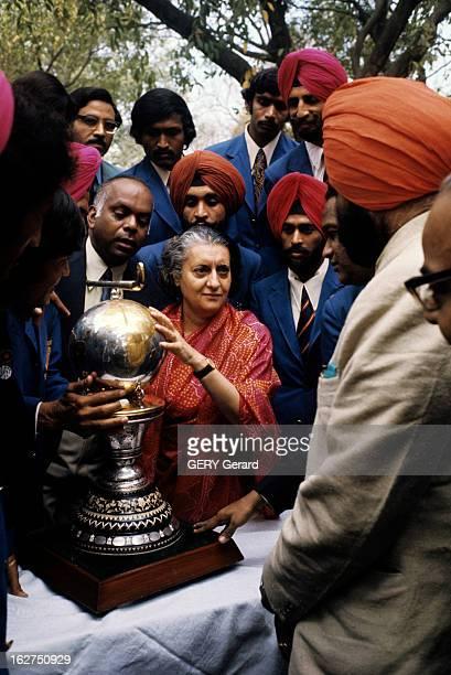 Rendezvous With Indira Gandhi En Inde avril 1975 dans sa résidence privée parmi des hommes enturbannés la Première ministre Indira GANGHI en sari...
