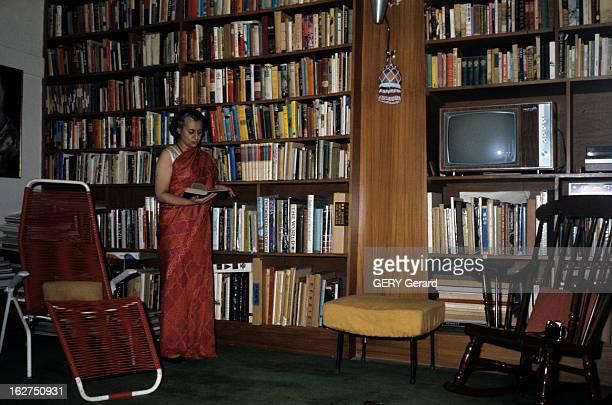 Rendezvous With Indira Gandhi En Inde avril 1975 la Première ministre Indira GANGHI en sari rouge lisant un livre devant la bibliothèque de sa...