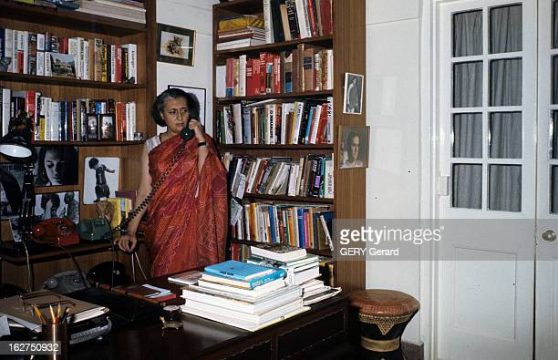 Rendezvous With Indira Gandhi En Inde avril 1975 la Première ministre Indira GANGHI en sari rouge téléphonant dans un bureau de sa résidence privée...