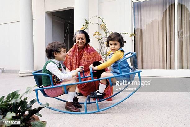 Rendezvous With Indira Gandhi En Inde avril 1975 sur une terrasse de sa résidence privée la Première ministre Indira GANGHI souriante en sari rouge...