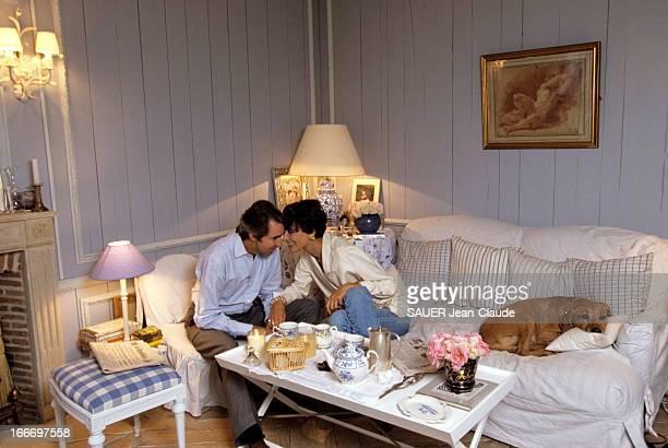 Rendezvous With Ines De La Fressange At Home. Attitude tendre et complice d'Inès DE LA FRESSANGE et son mari Luigi D'URSO avec leur chien Jimmy dans...