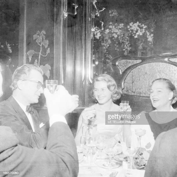 Rendezvous With Ingrid Bergman A Paris au restaurant chez Maxim's attablés en tenue de soirée levant leur verre en compagnie d'autres convives Ingrid...
